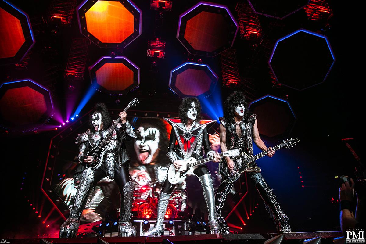 Группа Kiss дала прощальный концерт в Петербурге